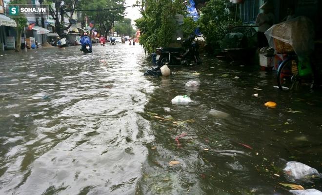 Sài Gòn mưa suốt 2 giờ, công nhân móc rác ở cống để thoát nước - Ảnh 2.