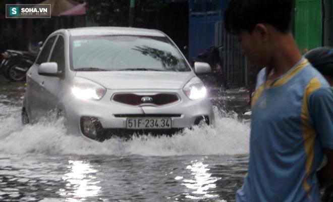 Sài Gòn mưa suốt 2 giờ, công nhân móc rác ở cống để thoát nước - Ảnh 3.