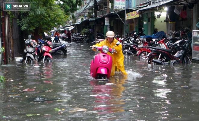 Sài Gòn mưa suốt 2 giờ, công nhân móc rác ở cống để thoát nước - Ảnh 5.
