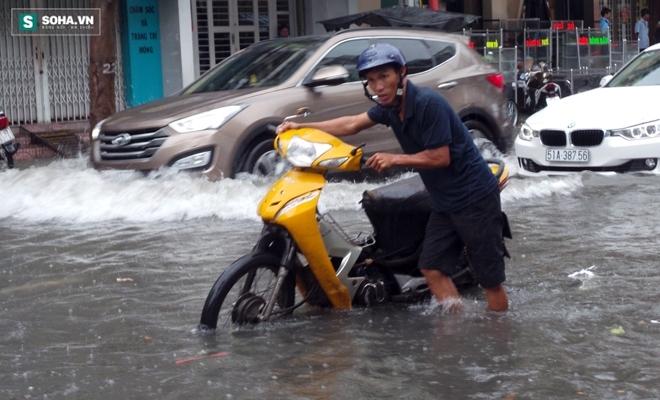 Sài Gòn mưa suốt 2 giờ, công nhân móc rác ở cống để thoát nước - Ảnh 6.