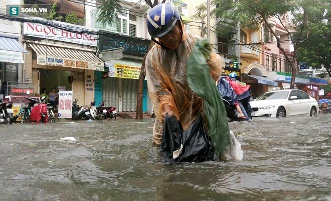 Sài Gòn mưa suốt 2 giờ, công nhân móc rác ở cống để thoát nước - Ảnh 8.