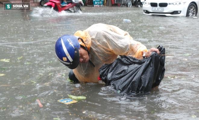 Sài Gòn mưa suốt 2 giờ, công nhân móc rác ở cống để thoát nước - Ảnh 9.