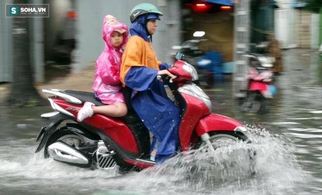 Sài Gòn mưa suốt 2 giờ, công nhân móc rác ở cống để thoát nước - Ảnh 10.