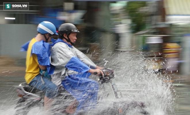 Sài Gòn mưa suốt 2 giờ, công nhân móc rác ở cống để thoát nước - Ảnh 11.