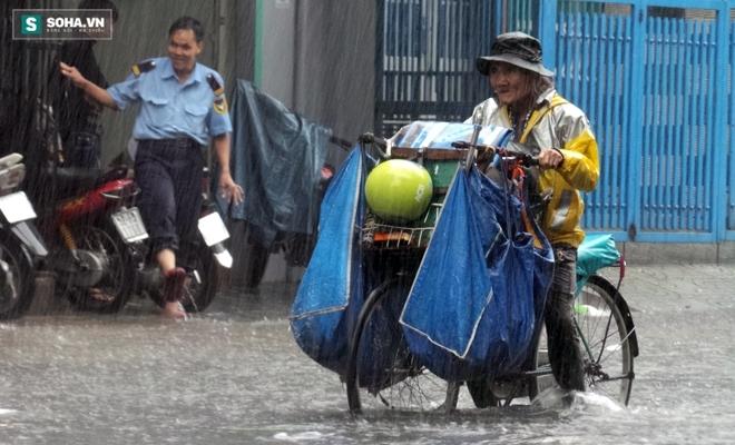 Sài Gòn mưa suốt 2 giờ, công nhân móc rác ở cống để thoát nước - Ảnh 12.