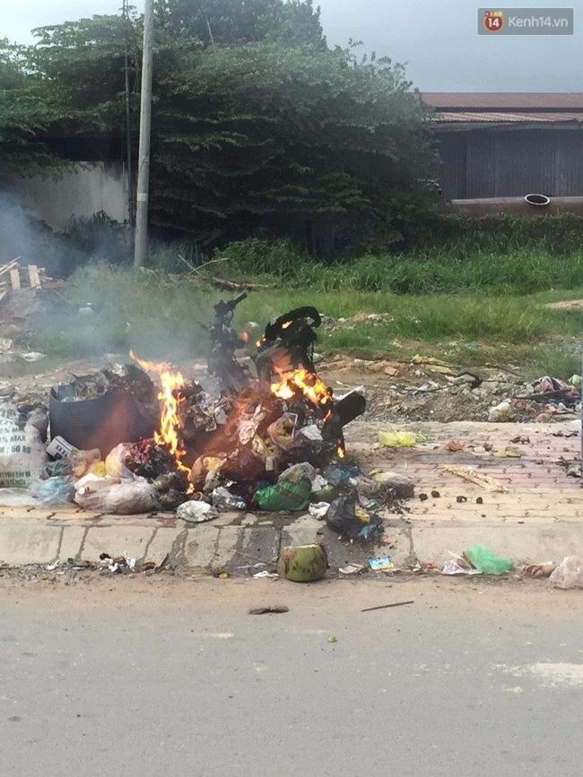 Vợ đi đánh bài, chồng tức giận đem xe máy ra bãi rác tẩm xăng đốt - Ảnh 1.