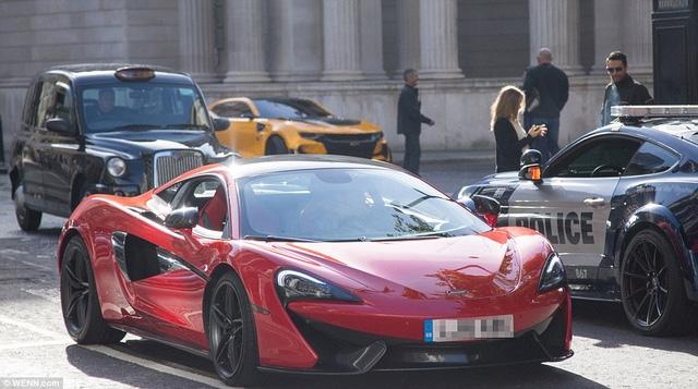McLaren 570S có vẻ là nhân vật chính của cảnh rượt đuổi.