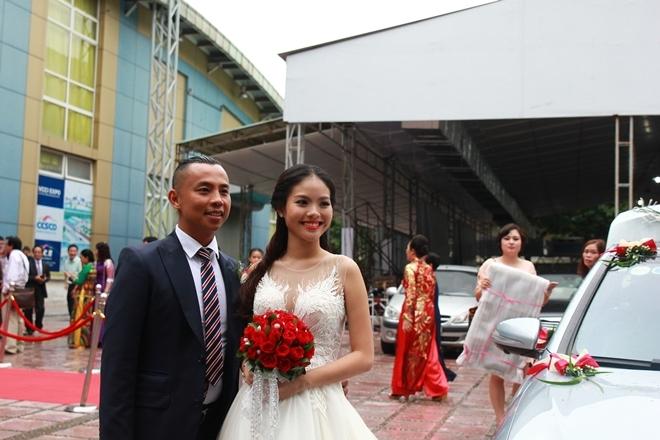 Đám cưới Chí Anh: Áo dát vàng 6000 USD, siêu xe 7 tỷ và... - Ảnh 1.