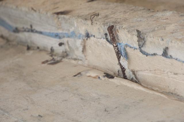 Nhiều vị trí dầm, chân đập lòi cả thép ra ngoài như thế này
