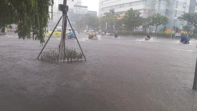 Đường Nguyễn Văn Linh bị ngập nặng