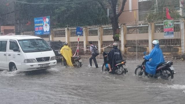 Một số người đi lên lề đường để tránh ngập