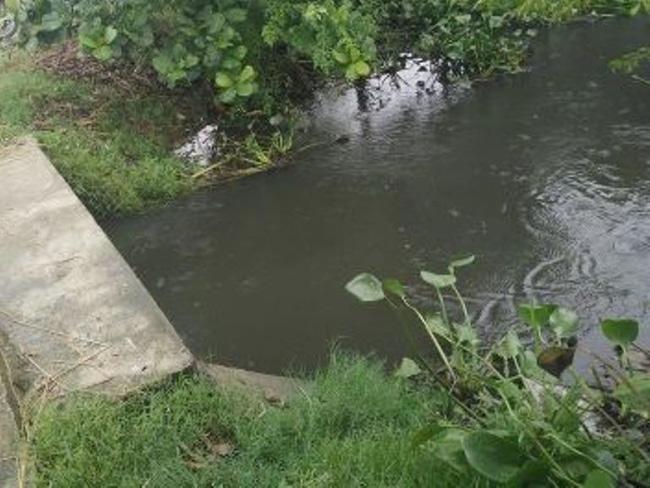 Đau đớn vớt xác con 2 tuổi đuối nước ngay trước cổng nhà - Ảnh 1.
