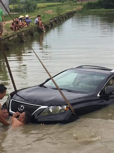 Chiếc Lexus RX350 đang được trục vớt lên bờ.