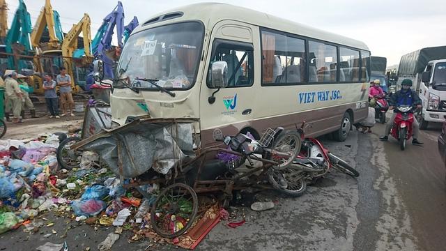 3 xe máy và 2 xe chở rác bị ô tô khách nghiền nát.