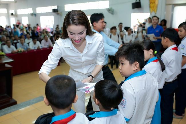 Hồ Ngọc Hà ngồi phà, vượt đường xa để trao quà trung thu cho trẻ em Cần Thơ - Ảnh 5.