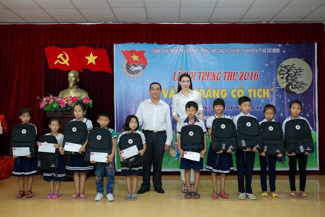 Hồ Ngọc Hà ngồi phà, vượt đường xa để trao quà trung thu cho trẻ em Cần Thơ - Ảnh 6.