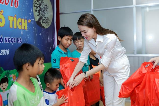 Hồ Ngọc Hà ngồi phà, vượt đường xa để trao quà trung thu cho trẻ em Cần Thơ - Ảnh 7.