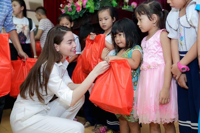 Hồ Ngọc Hà ngồi phà, vượt đường xa để trao quà trung thu cho trẻ em Cần Thơ - Ảnh 9.