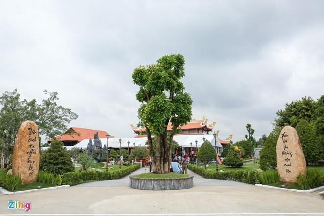 Hoai Linh mo cong Nha tho To don nghe si Viet va nguoi dan hinh anh 2