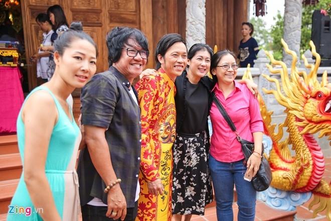 Hoai Linh mo cong Nha tho To don nghe si Viet va nguoi dan hinh anh 11