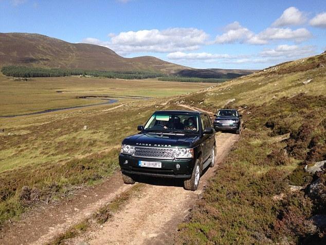 Nữ hoàng Anh tự lái xe đưa cháu dâu đi dạo quanh lâu đài ở Scotland - Ảnh 2.