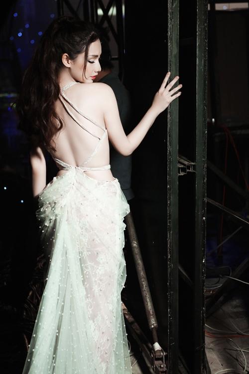 Quỳnh Chi khoe cơ thể với váy xuyên thấu