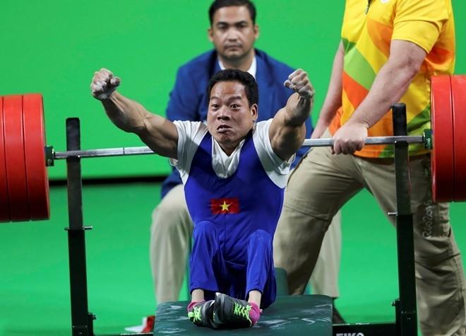 Lê Văn Công nhận hơn 600 triệu đồng tiền thưởng sau khi đoạt HCV Paralympics 2016. Ảnh: Reuters