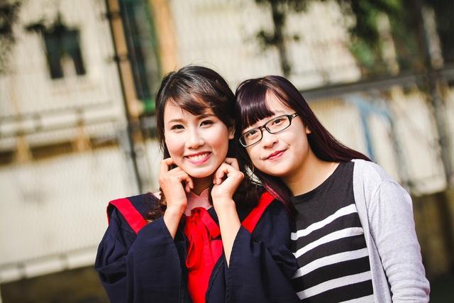 Nguyễn Thanh Nguyệt (trái) - nữ thủ khoa xuất sắc ĐH Sư phạm Hà Nội, rạng ngời trong ngày tốt nghiệp.