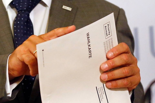 Bộ trưởng Nội vụ Áo Wolfgang Sobotka lưu ý về chuyện thiếu lớp keo dán trên phong bì. Ảnh: REUTERS