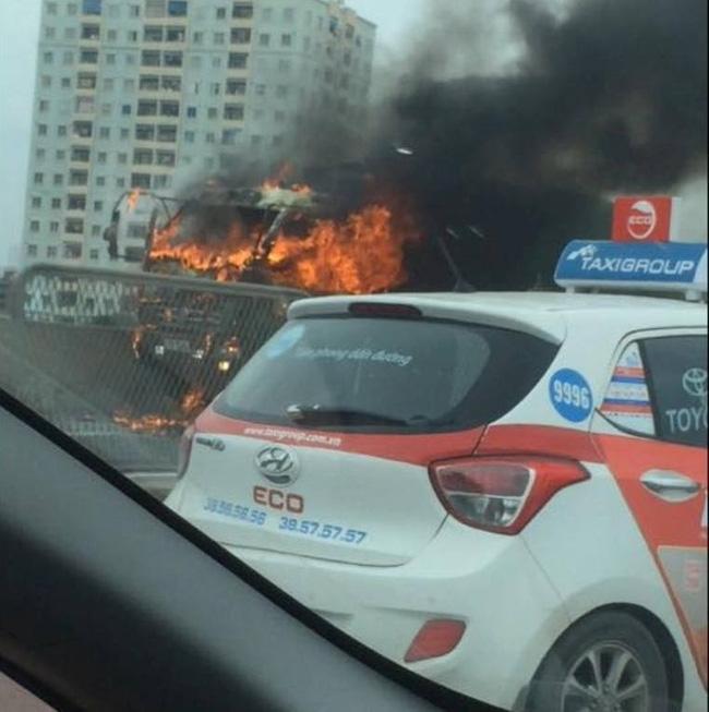 Hà Nội: Xe tải cháy lớn, đường vành đai 3 trên cao ùn tắc kéo dài - Ảnh 1.