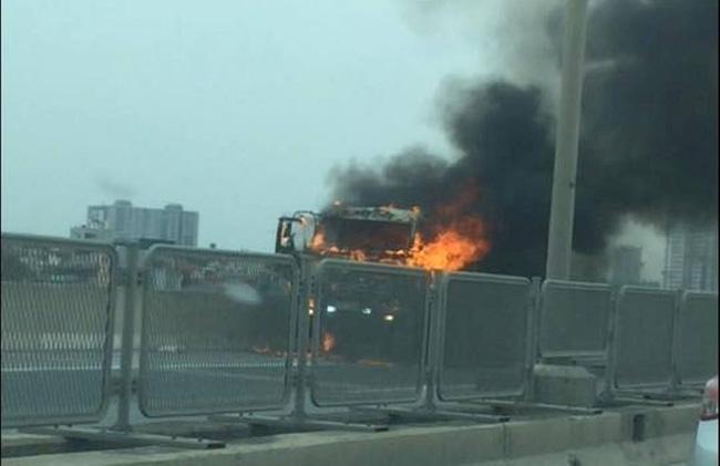 Hà Nội: Xe tải cháy lớn, đường vành đai 3 trên cao ùn tắc kéo dài - Ảnh 2.