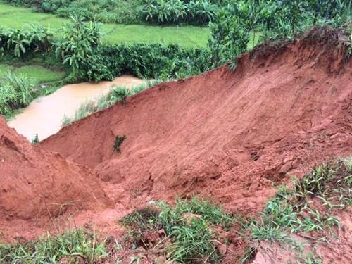 Hàng trăm hộ dân bị ảnh hưởng do sạt lở đất, đá sau bão - ảnh 1