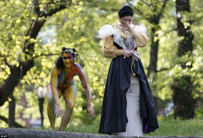Khỏa thân diễn kịch Shakespeare ngay giữa công viên ở Mỹ