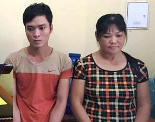 Trịnh Thị Tám (phải), người cầm đầu đường dây cá độ bóng đá qua mạng internet