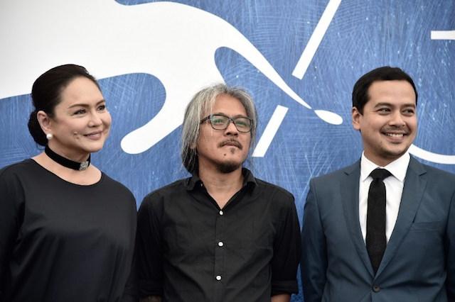Đạo diễn Lav Diaz (giữa) và nữ chính Charo Santos