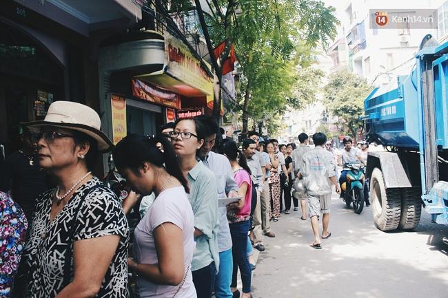 Sát Tết Trung thu, người Hà Nội xếp hàng dài cả cây số, chen nhau chờ mua bánh Bảo Phương - Ảnh 1.