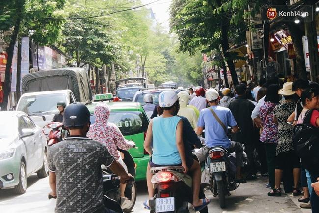 Sát Tết Trung thu, người Hà Nội xếp hàng dài cả cây số, chen nhau chờ mua bánh Bảo Phương - Ảnh 2.