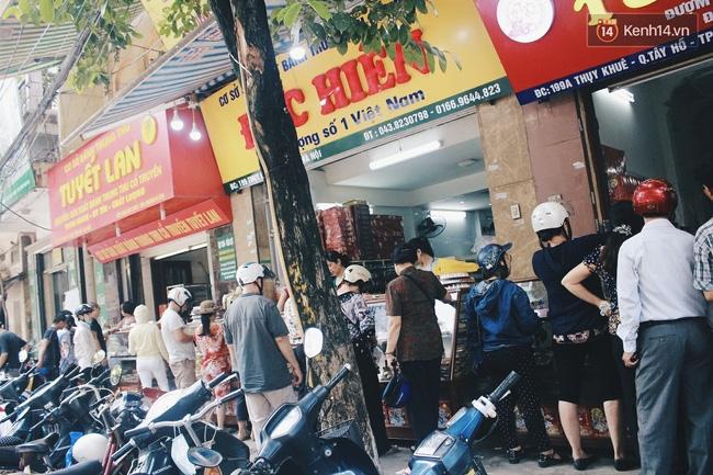 Sát Tết Trung thu, người Hà Nội xếp hàng dài cả cây số, chen nhau chờ mua bánh Bảo Phương - Ảnh 3.