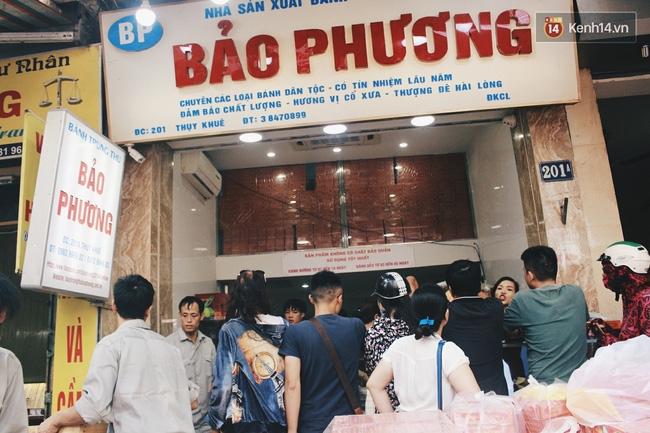 Sát Tết Trung thu, người Hà Nội xếp hàng dài cả cây số, chen nhau chờ mua bánh Bảo Phương - Ảnh 4.