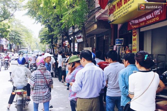 Sát Tết Trung thu, người Hà Nội xếp hàng dài cả cây số, chen nhau chờ mua bánh Bảo Phương - Ảnh 5.
