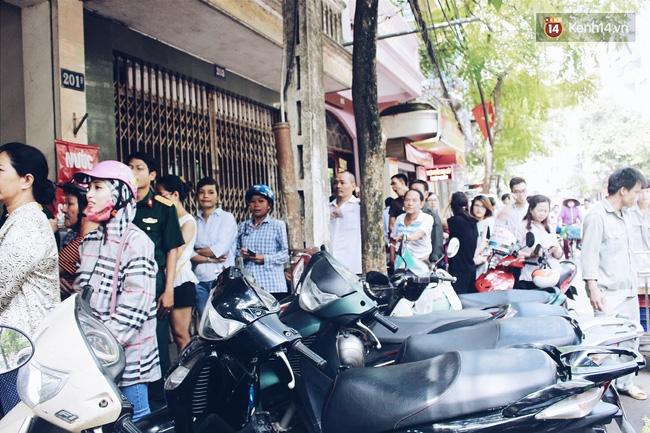 Sát Tết Trung thu, người Hà Nội xếp hàng dài cả cây số, chen nhau chờ mua bánh Bảo Phương - Ảnh 6.