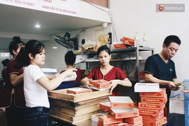 Sát Tết Trung thu, người Hà Nội xếp hàng dài cả cây số, chen nhau chờ mua bánh Bảo Phương - Ảnh 7.