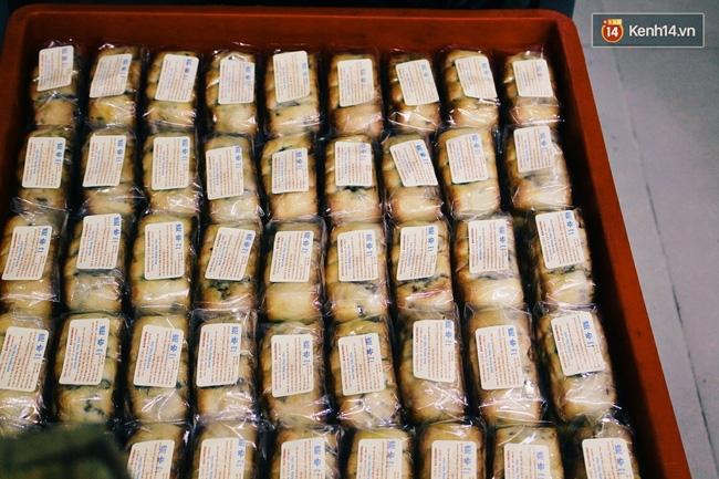 Sát Tết Trung thu, người Hà Nội xếp hàng dài cả cây số, chen nhau chờ mua bánh Bảo Phương - Ảnh 8.
