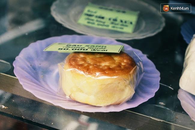 Sát Tết Trung thu, người Hà Nội xếp hàng dài cả cây số, chen nhau chờ mua bánh Bảo Phương - Ảnh 9.