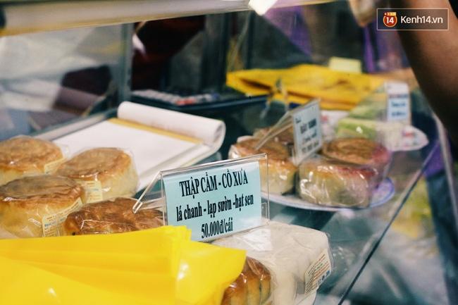 Sát Tết Trung thu, người Hà Nội xếp hàng dài cả cây số, chen nhau chờ mua bánh Bảo Phương - Ảnh 10.