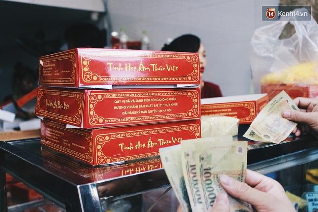 Sát Tết Trung thu, người Hà Nội xếp hàng dài cả cây số, chen nhau chờ mua bánh Bảo Phương - Ảnh 11.