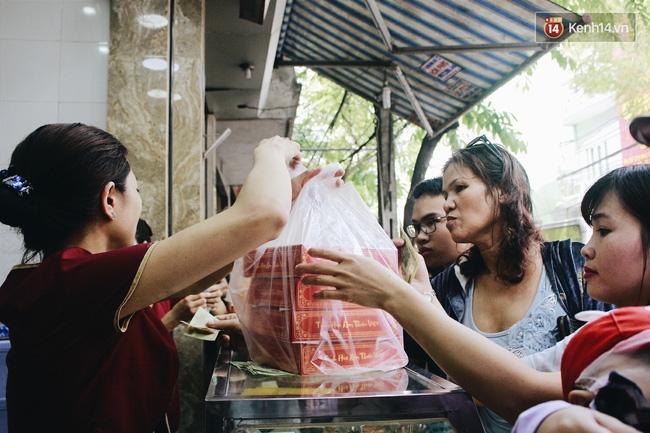 Sát Tết Trung thu, người Hà Nội xếp hàng dài cả cây số, chen nhau chờ mua bánh Bảo Phương - Ảnh 12.