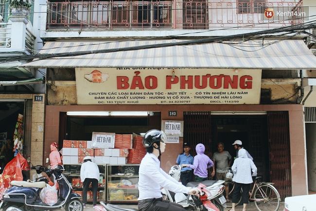 Sát Tết Trung thu, người Hà Nội xếp hàng dài cả cây số, chen nhau chờ mua bánh Bảo Phương - Ảnh 13.