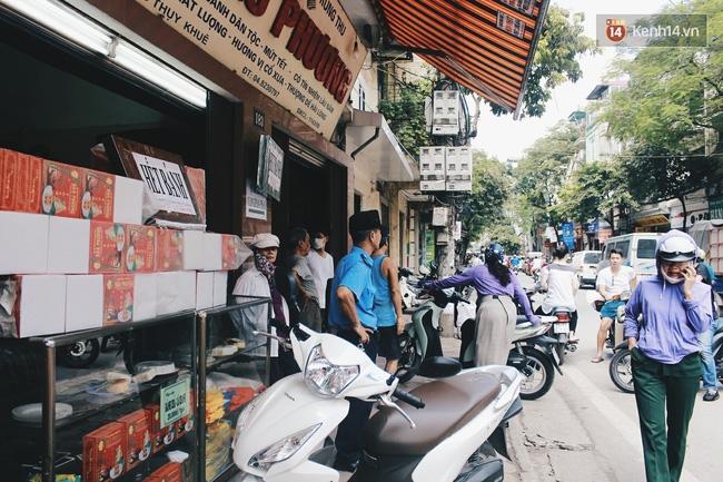 Sát Tết Trung thu, người Hà Nội xếp hàng dài cả cây số, chen nhau chờ mua bánh Bảo Phương - Ảnh 14.