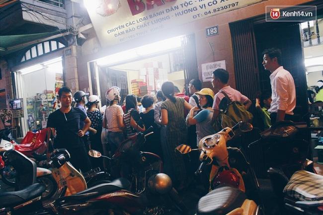 Sát Tết Trung thu, người Hà Nội xếp hàng dài cả cây số, chen nhau chờ mua bánh Bảo Phương - Ảnh 16.